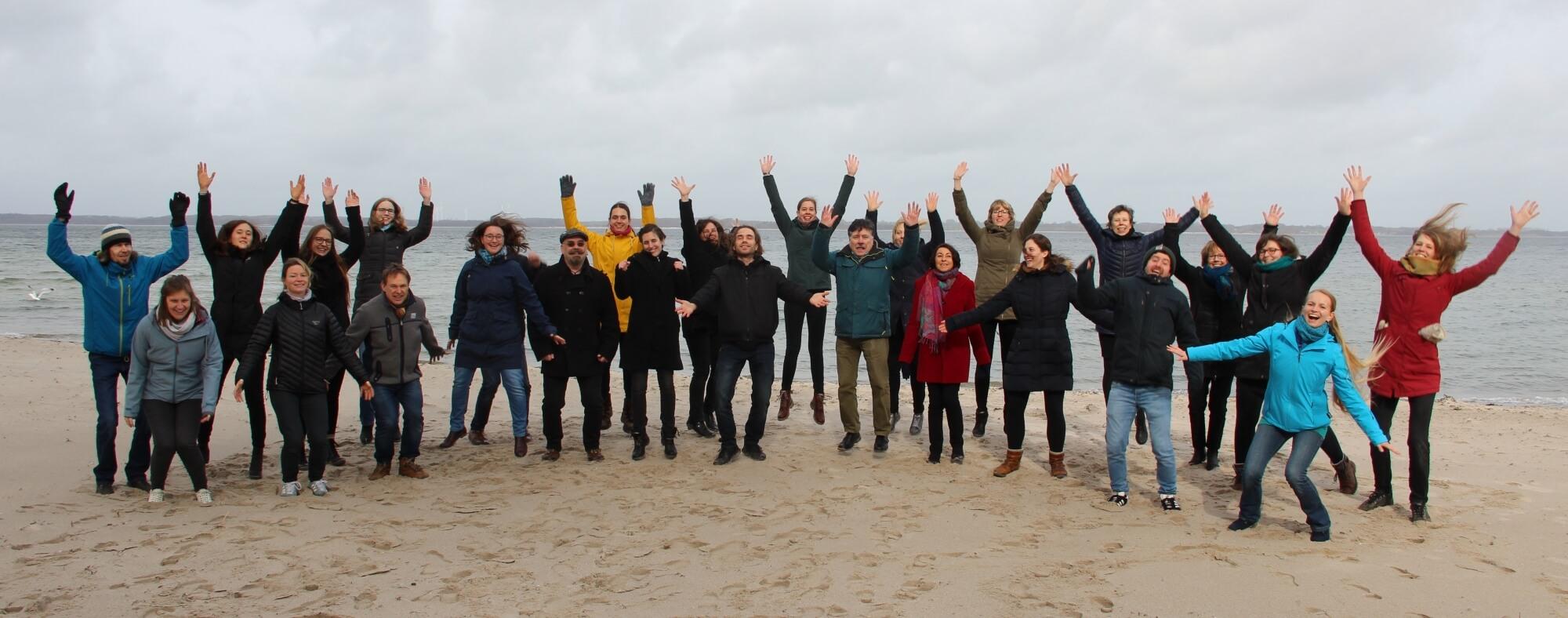 Chor Kiel Encantados hüpft am Strand