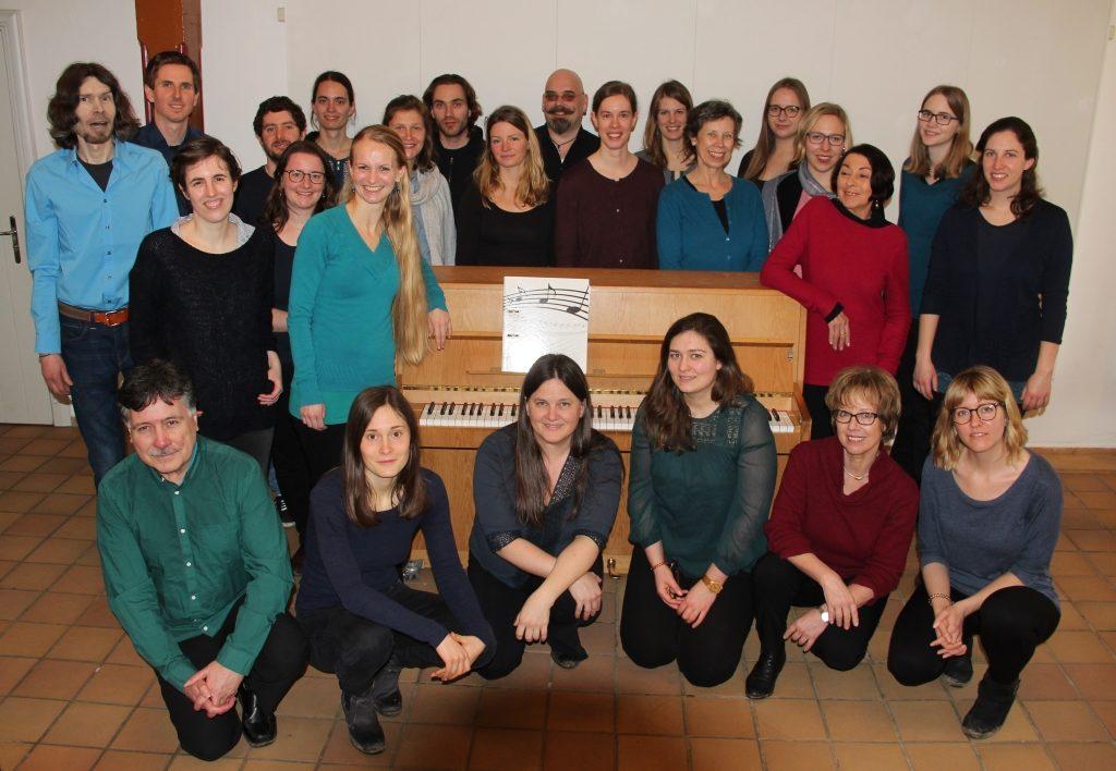 Chor Kiel Encantados Gruppenbild vor dem Klavier